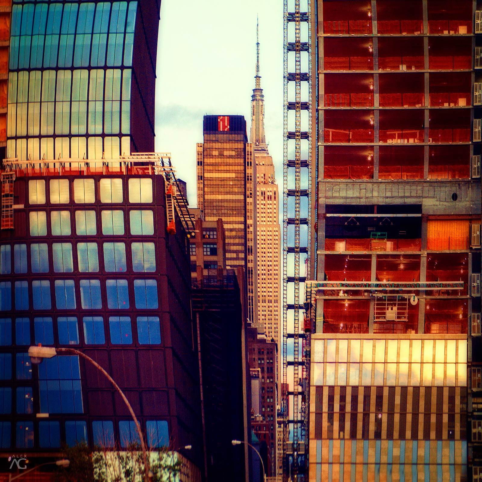EmpireStateBuildingInANarrowPathBetweenTheBuildings_warped_1600