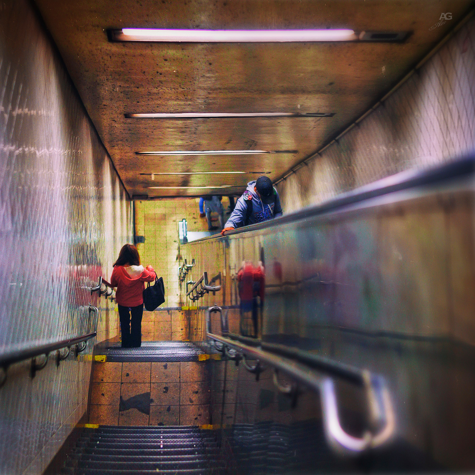 EscalatorGoingDownToLexingtonAvenueTrainStation_warped_1600