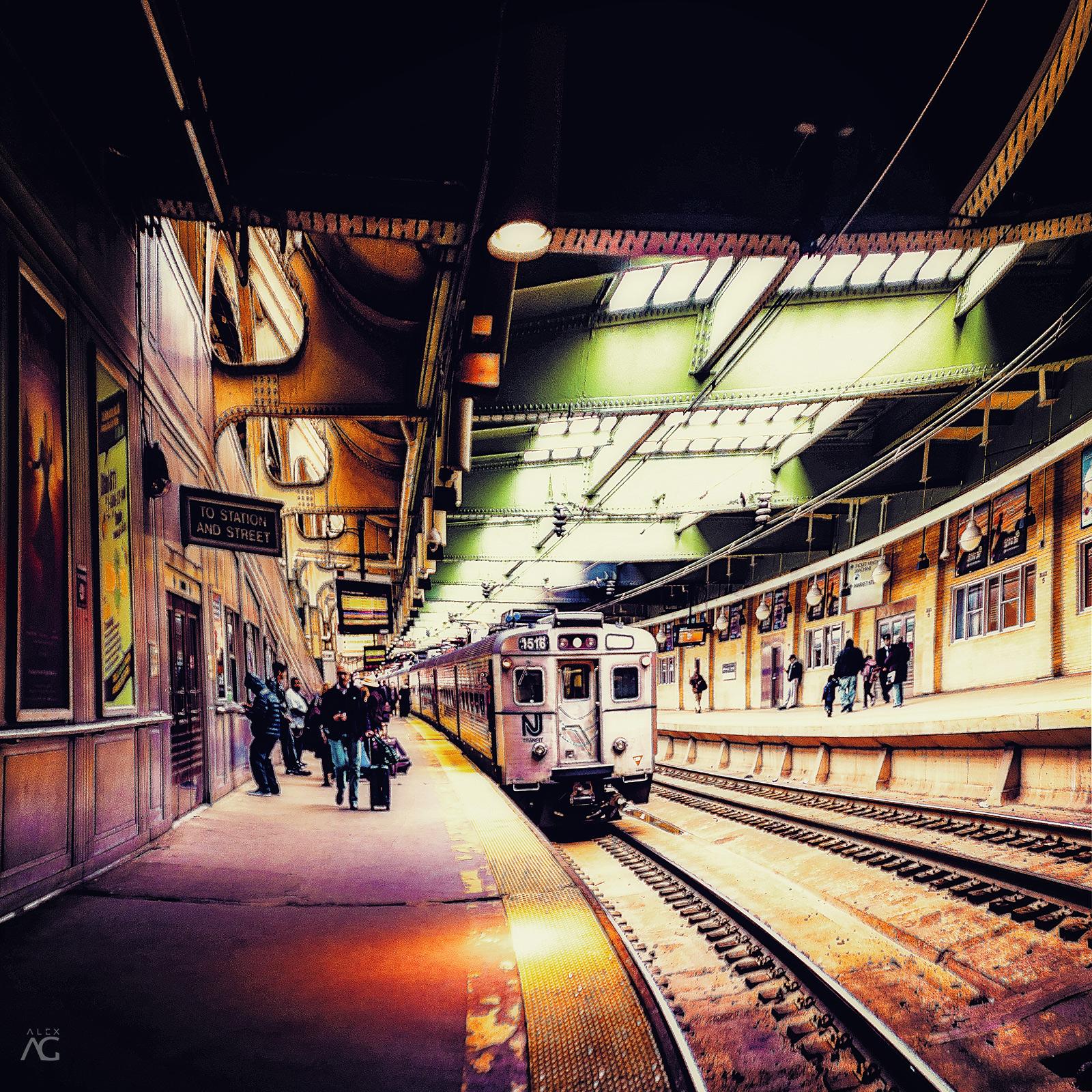 NJTransitOldTypeTrainOnNewarkStation_warped_1600
