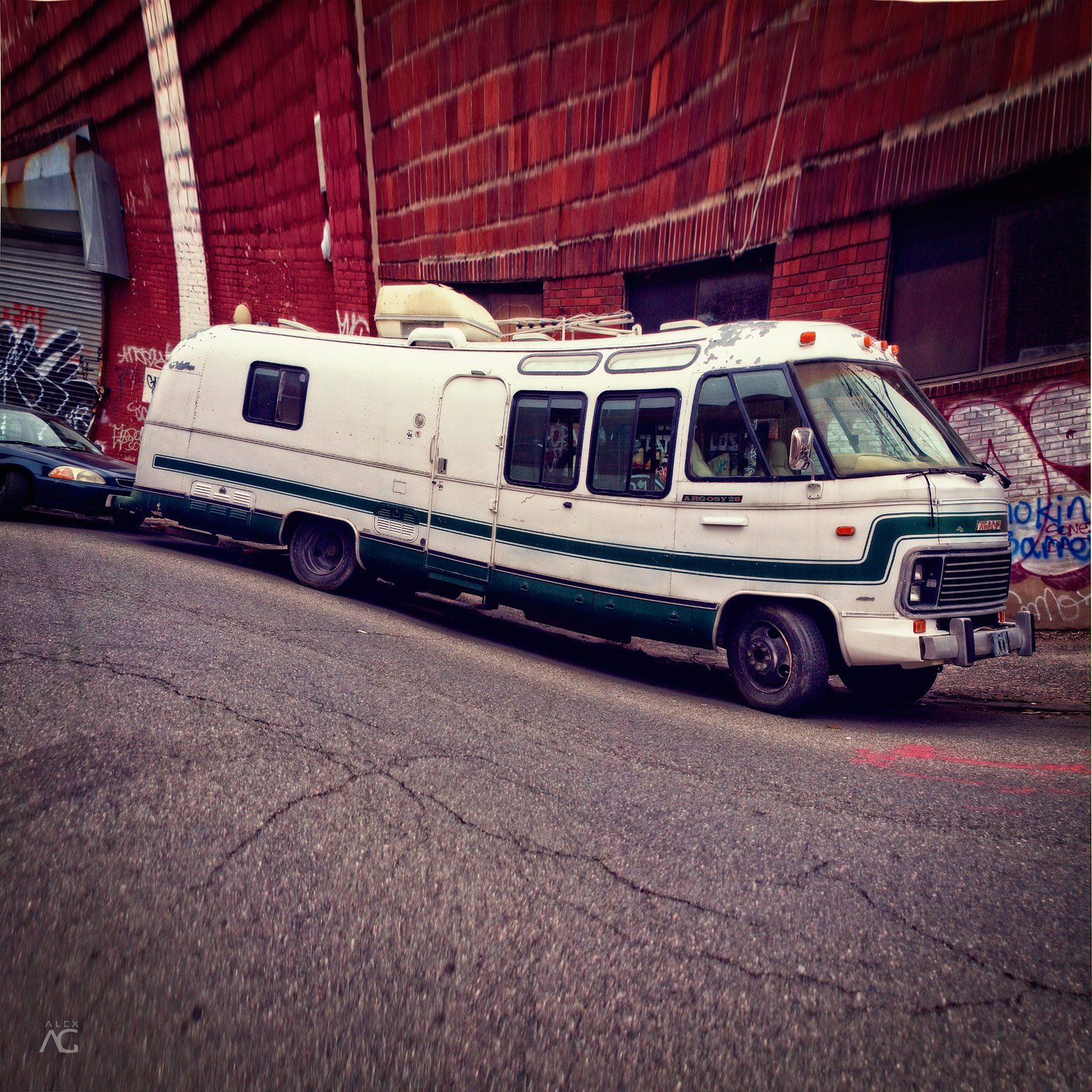 VintageBusOnTheStreetsOfwilliamsburg_warped_1600