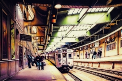 NJTransitOldTypeTrainOnNewarkStation_warped_1600